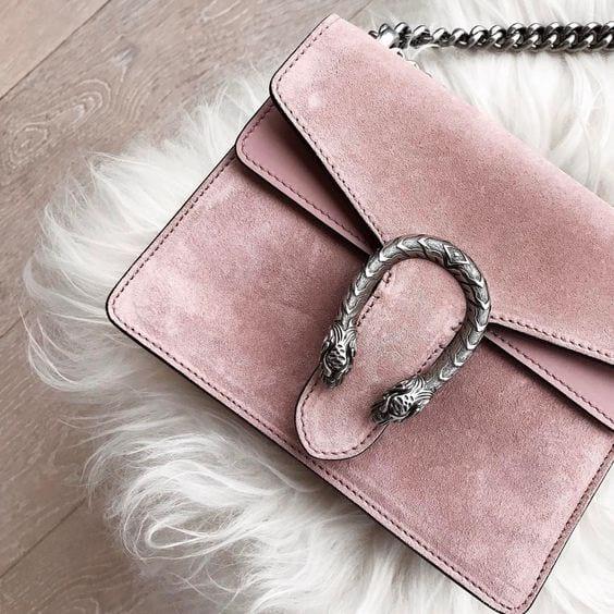 fc6e17de5db6 Теперь мы наблюдаем расширение модных возможностей замшевых сумок, среди  которых встречаются и модели-шоппер, и портфели, и деловые сумки, ...