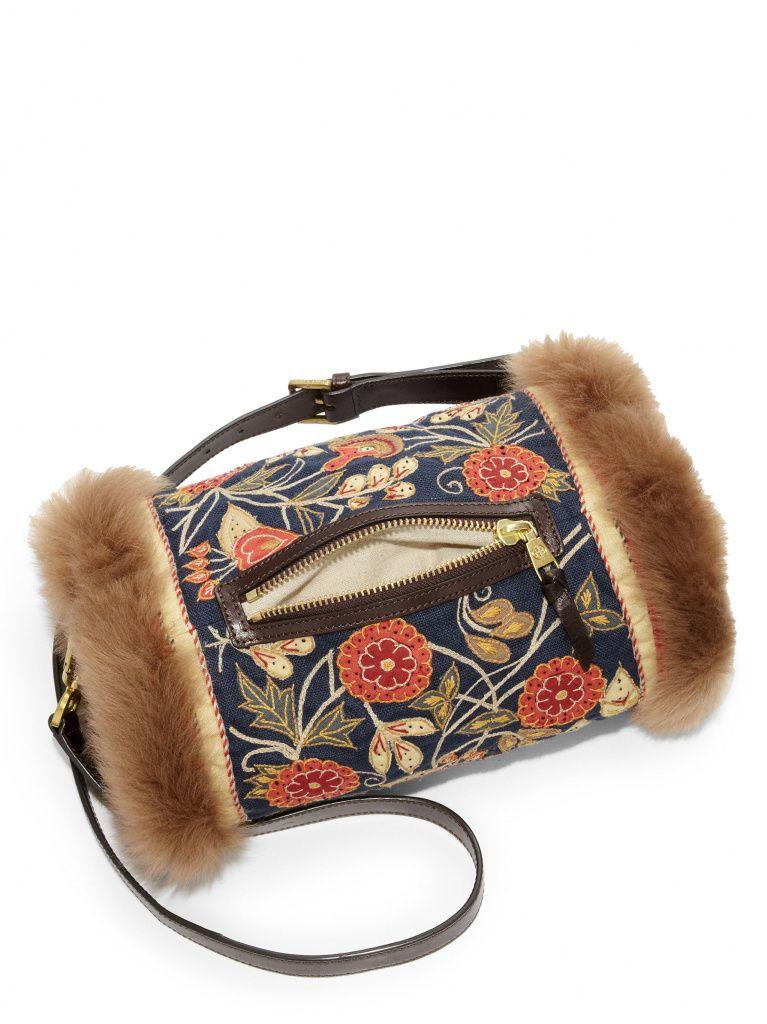 a120b6b0a89e Модная геометрия — не единственное достоинство сумки. Для нее характерны  также контрастные цвета, сочетание различных материалов и текстур.