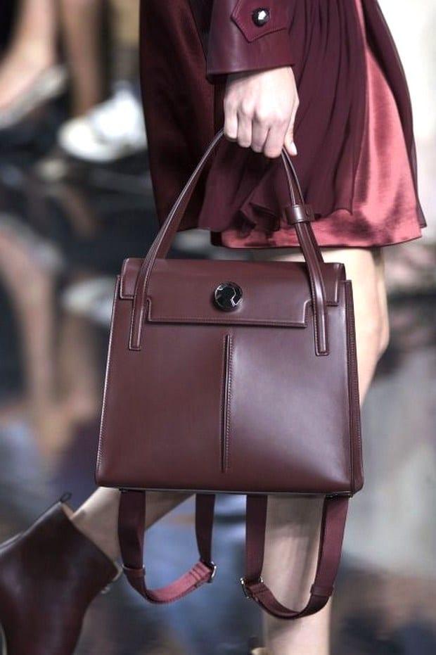 2aa857d6c29a Невысоким женщинам стоит выбирать сумки небольших или средних размеров для  ношения в руках или на плече. Ручка должна быть недлинной, чтобы сумка не  ...