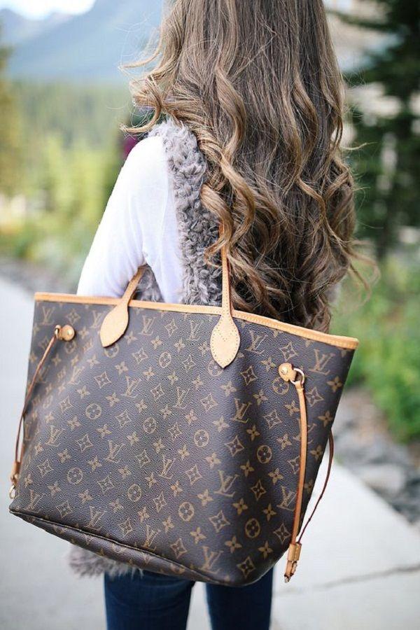 9711a5b33474 Louis Vuitton или то, что обычно называют LV — это роскошный французский  бренд, основанный в 1854 году Луи Вуиттоном. Наряду с сумочками компания LV  ...