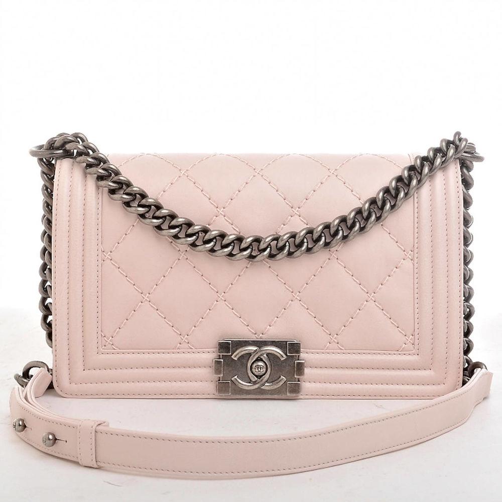 8c0fecdadc35 Сумка Chanel Boy является второй популярной сумкой Chanel после классической.  Она имеет форму коробочки, и выпускается в разных цветах.