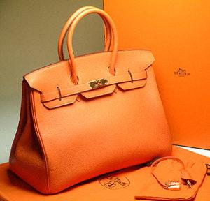 b964ad778ea8 Наиболее притязательные дамы выбирают уникальные модели под заказ,  например, сумки Гермес Биркин торговой марки Hermes. Эти нашумевшие  аксессуары часто ...