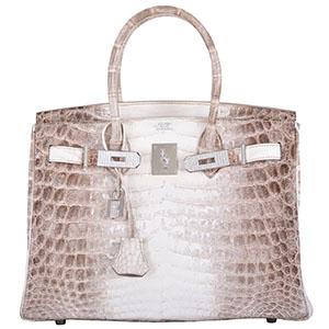 bf66d490b79f Например, преданная поклонница легендарных сумочек Виктория Бекхэм получила  в подарок от мужа неповторимую Birkin с украшениями из алмазов стоимостью  130 ...